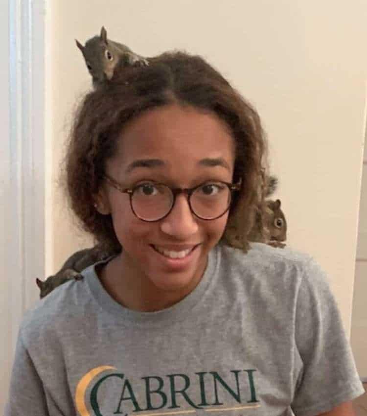 La adolescente Bailee Villavaso salva a tres ardillas huérfanas en el huracán Ida
