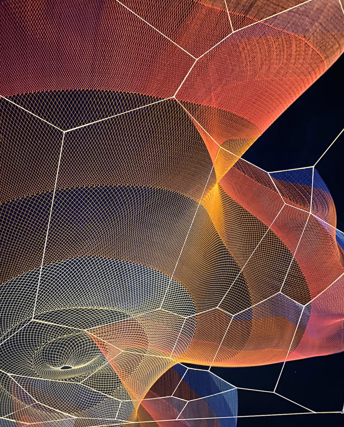 Detalle de la instalación de red en Odeonsplatz, Múnich, por Janet Echelman