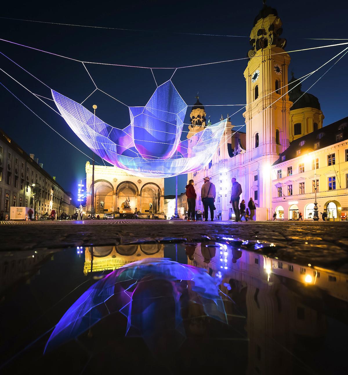 Instalación textil en Odeonsplatz, Múnich, por Janet Echelman