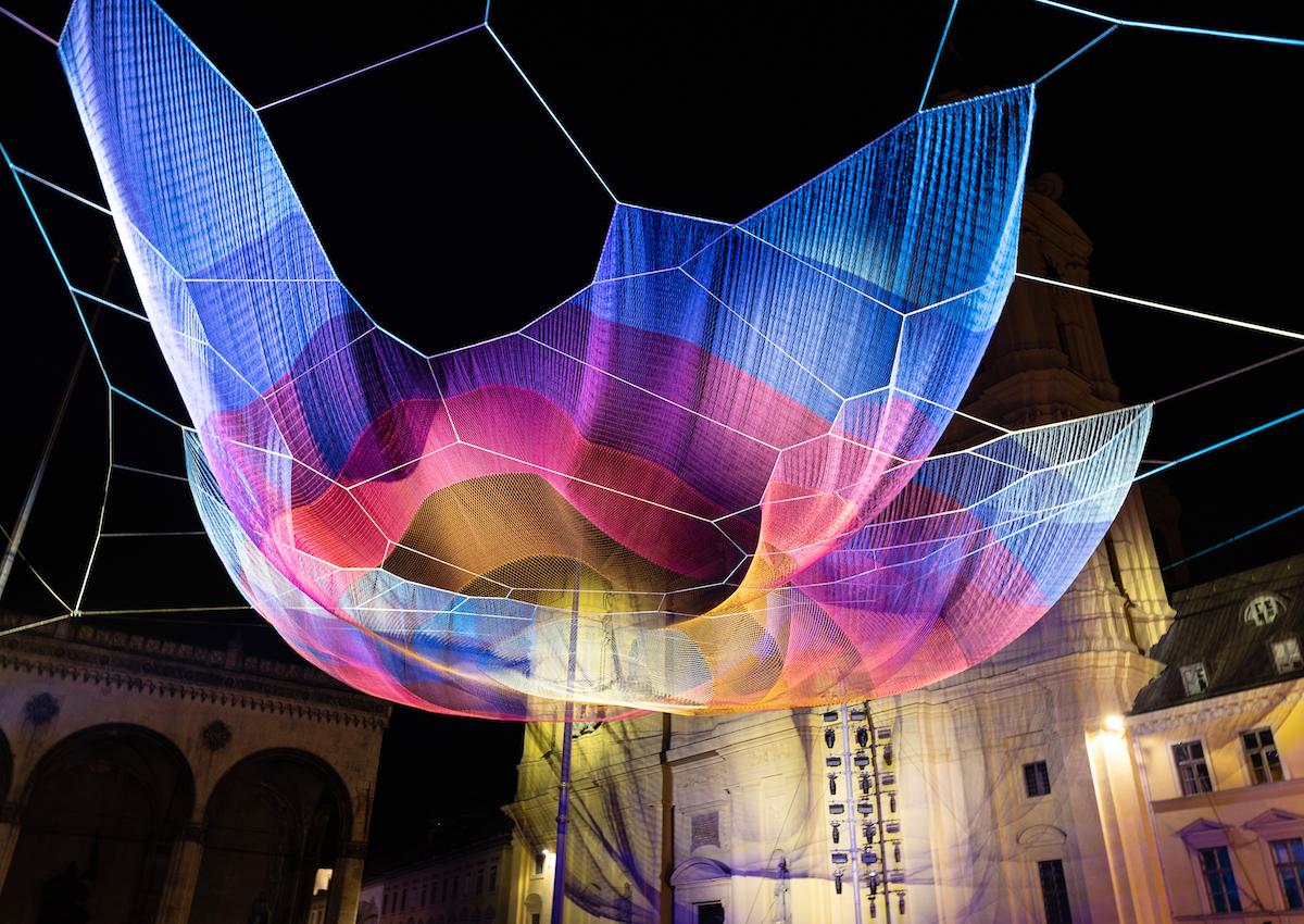 Instalación de red en Odeonsplatz, Múnich, por Janet Echelman