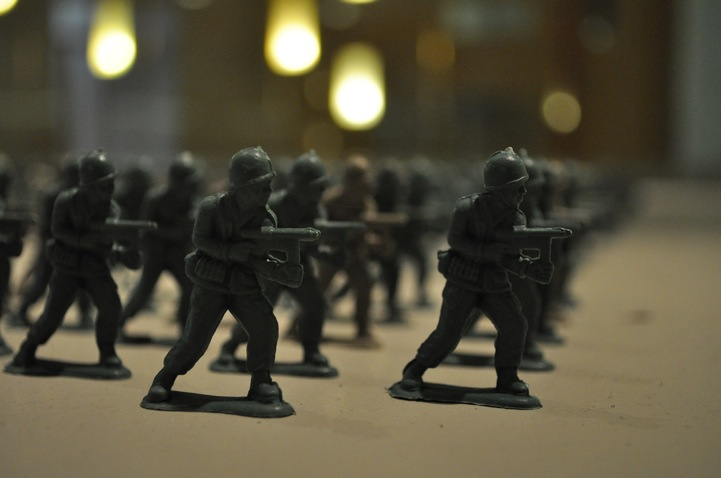 10,000 toy soldiers installation by Francis Hollenkamp