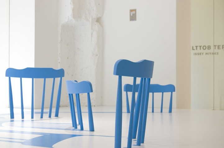Mind bending blue chair illusion for Sedie azzurre