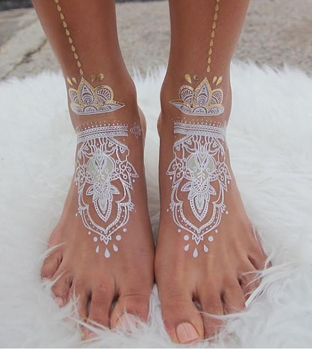 7333310f539c0 Stunning White Henna-Like Tattoos Look Like Lace Draped Over Skin