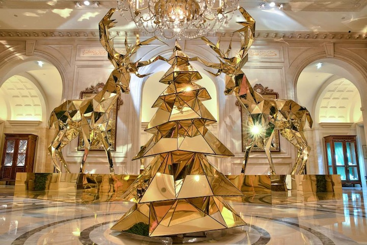 Electric light bulb christmas tree and gold reindeer in paris for 4 season decoration