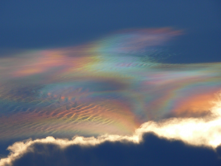 13 Iridescent Clouds That Light up the Sky with Colorful Rainbows