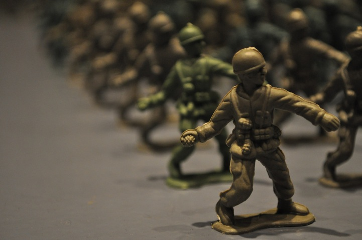 10,000 brown toy soldiers installation by Francis Hollenkamp