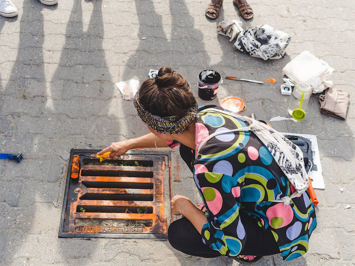 """6e710c84 """"Pirate Printers"""" Are Using Manhole Covers to Print Urban Designs Directly  onto Shirts and Totes"""