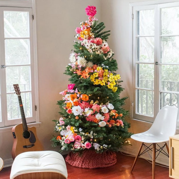 people are decorating christmas trees with flowers as a gorgeous alternative to traditional trimmings - Christmas Tree Flower Decorations
