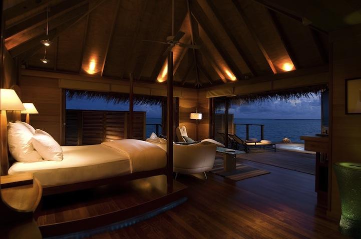 Spectacular underwater bedroom in maldives for Maldivas hotel bajo el agua