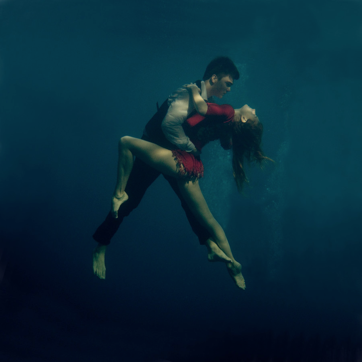 Passionately dancing the tango underwater - Dive famose nude ...