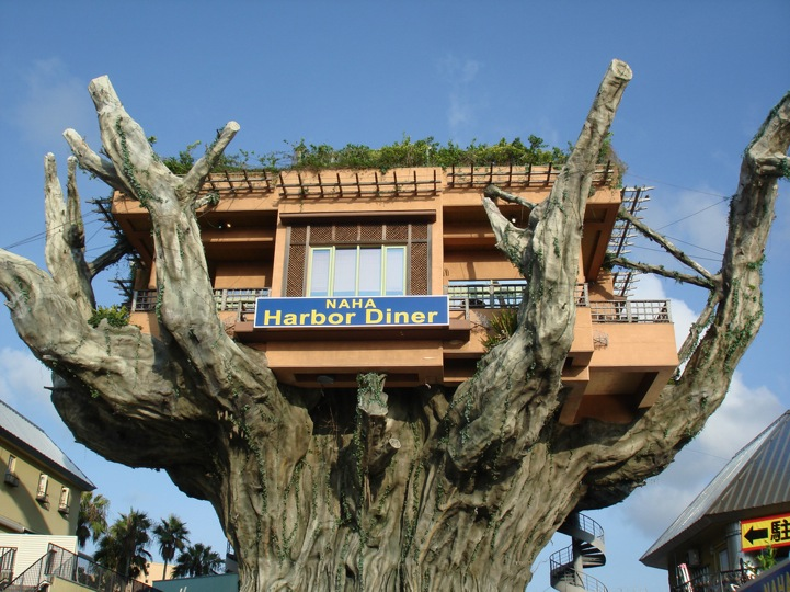 Okinawa 39 s banyan treehouse restaurant for Design hotel okinawa