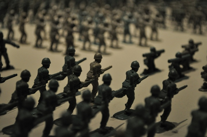 10,000 green toy soldiers installation by Francis Hollenkamp