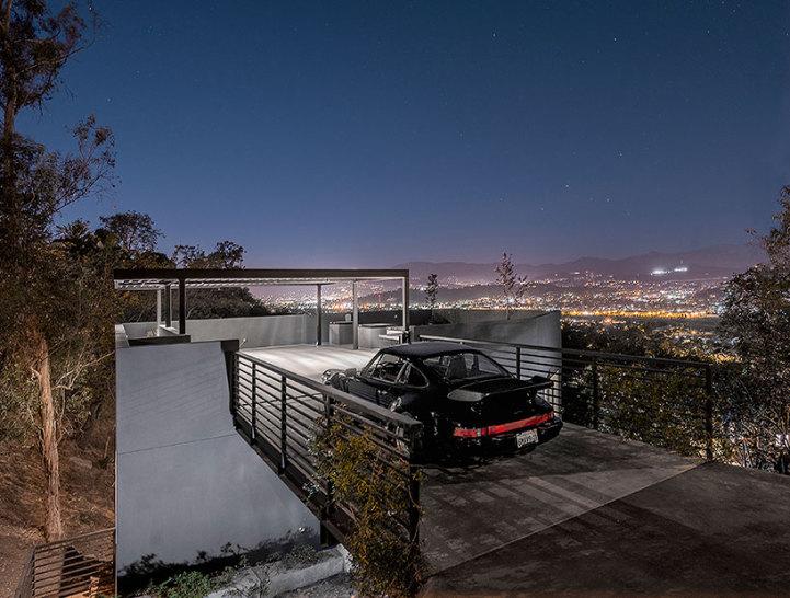 . Modern Californian Home Features a Rooftop Garage
